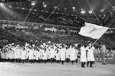 """2月9日,朝韩两国代表团在平昌冬奥会开幕式上举""""朝鲜半岛旗""""共同"""